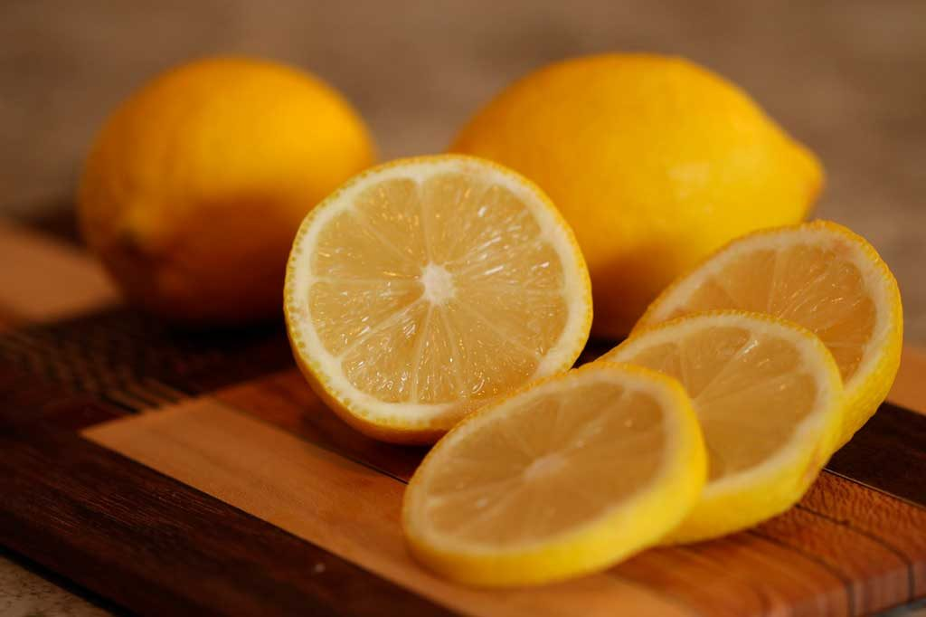 How to remove fish odor with lemon juice