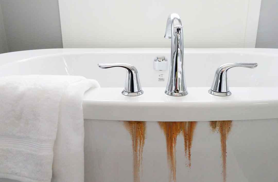 Cómo quitar las manchas de óxido de la bañera de porcelana - Consejos de limpieza de la casa